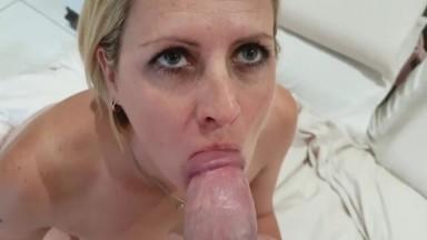 A ribanc kis szőke feleség szájba élvezése